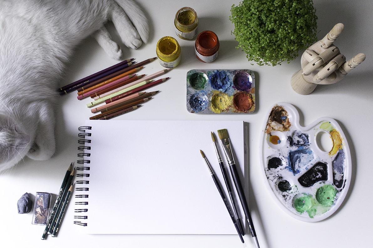 Mar Villar, estudio, gato, mesa de trabajo, bloqueo creativo, pinturas, lápices de colores, trabajar como ilustrador
