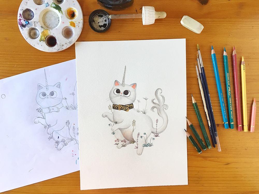 ilustración de gatos para el inktober, proceso de ilustración a tinta de gato unicornio en donde calcar el boceto